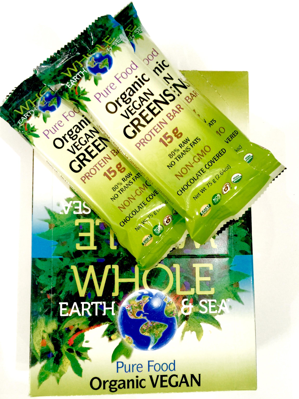 Az abszolút kedvencem: Nyers, vegán, életető zöldek végtelen sorát tartalmazó protein szelet, finom étcsokiba mártva.