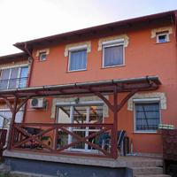 Strázsahegyen kertkapcsolatos nappali +2 szobás lakás, kocsi beállóval