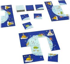 A bolygó négy sarkába kerülnek a szereplőkártyák.