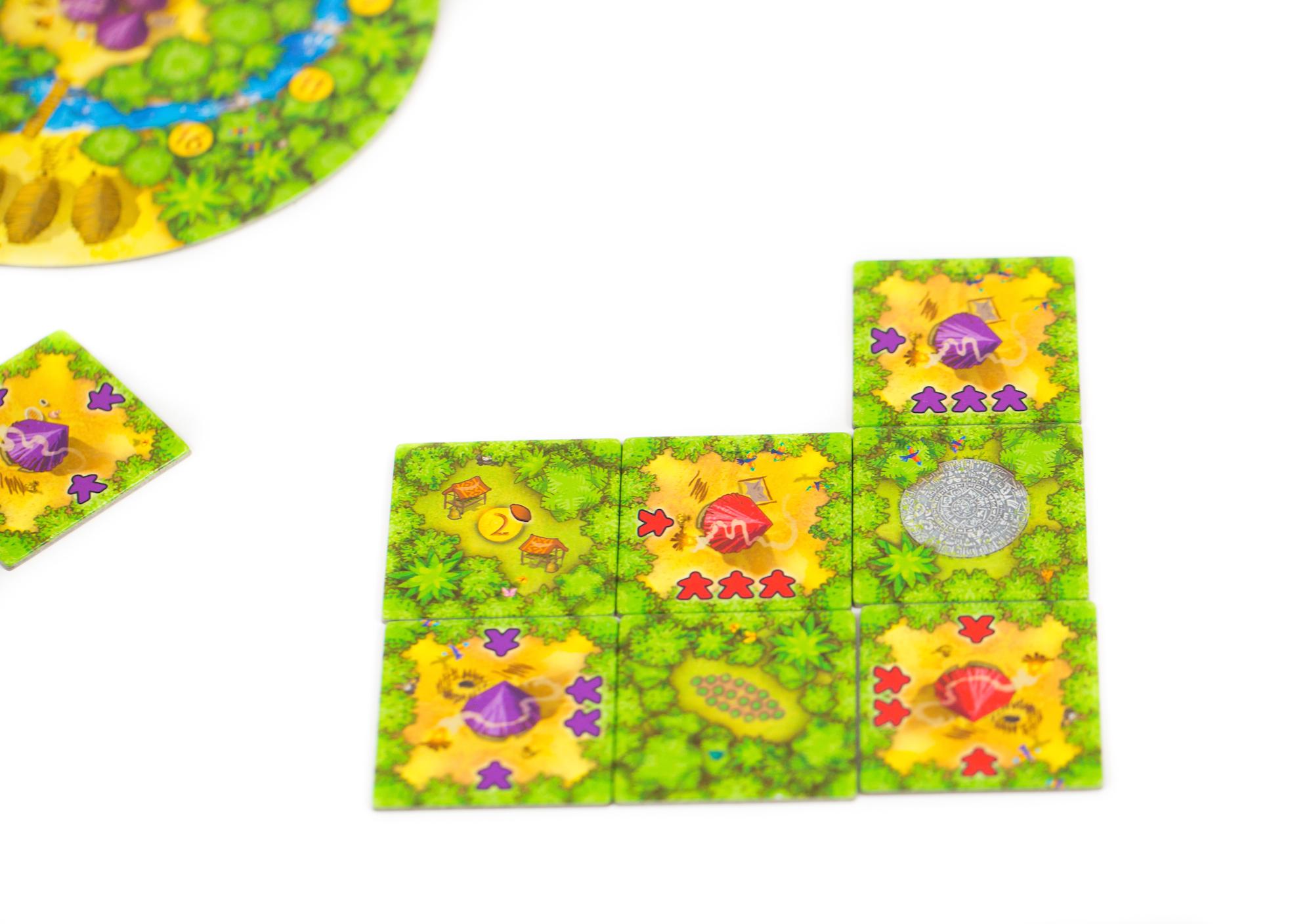 A lila játékos letett egy munkáslapkát, így szomszédság alakult ki két munkáslapka között, ekkor a közöttük lévő helyet dzsungellapkával kell feltölteni.