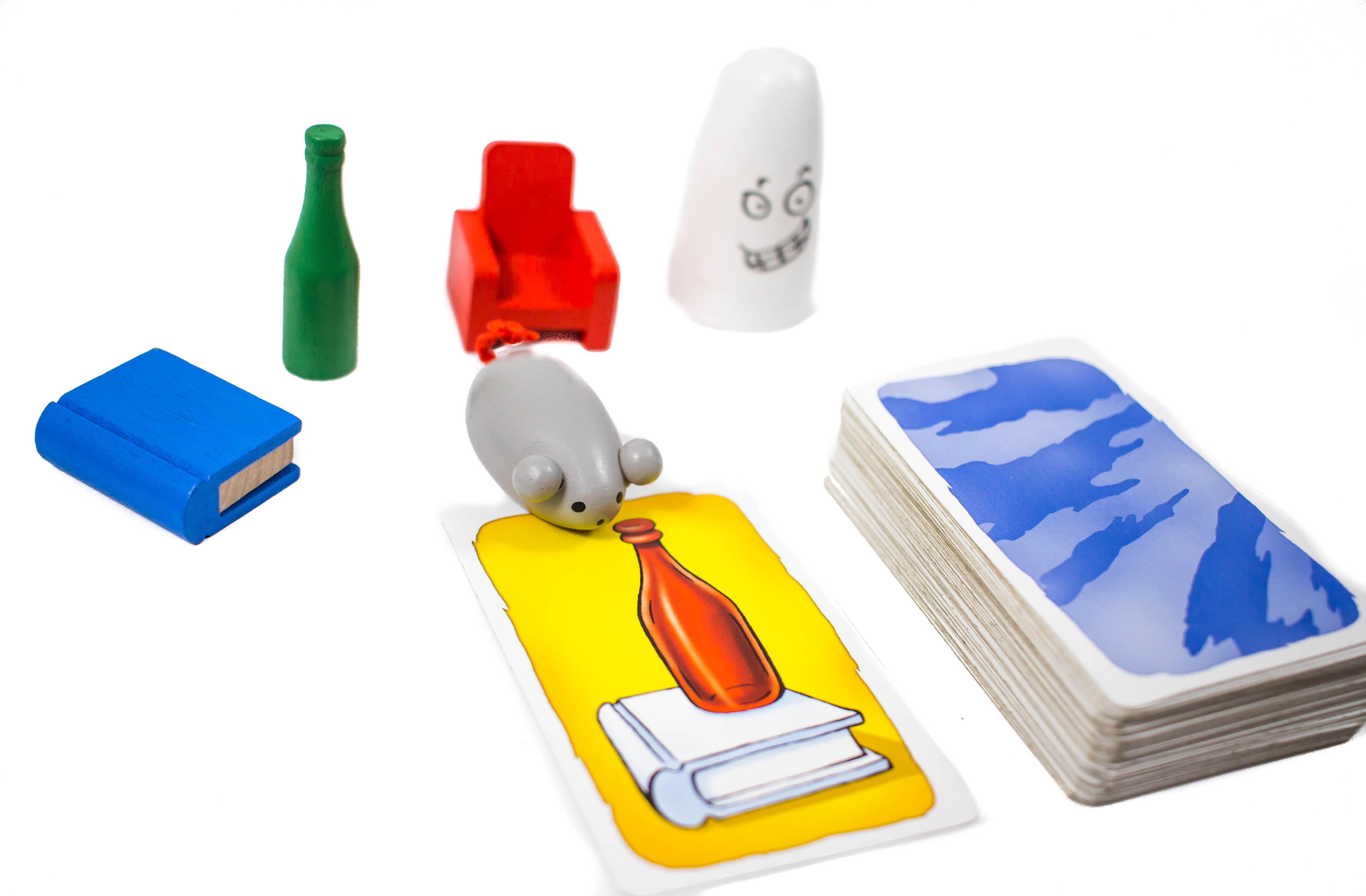 Megjelenik a könyv és a szellem (könyv fehér és nem kék), megjelenik a palack és a fotel (a palack piros és nem kék.