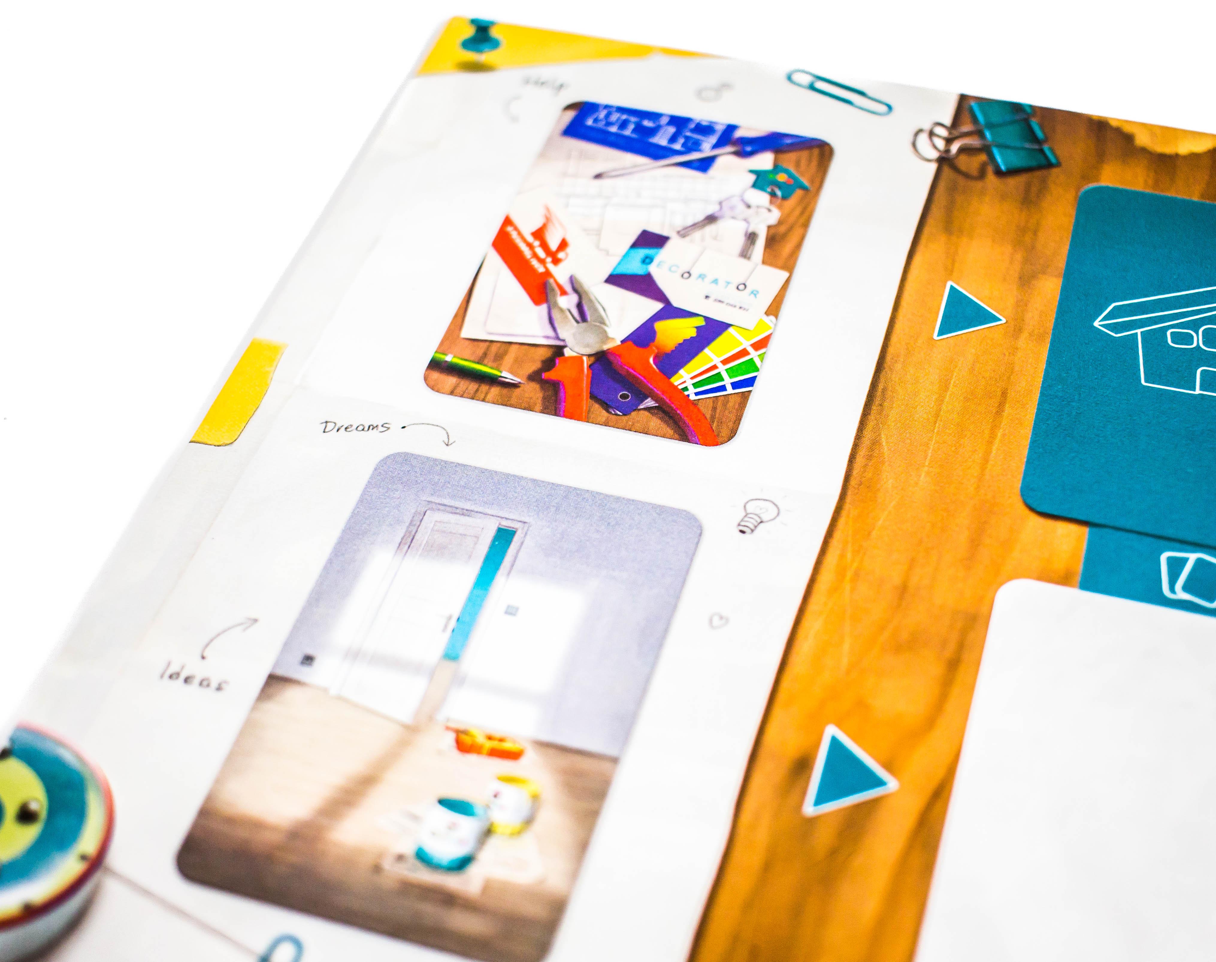 A játéktábla felső oszlopából tető és segítő kártyákat szerzünk.