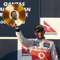 A nap képe: Jenson Button trófeája