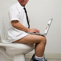 Brad Pitt normális méretű székletet helyezett el egy magyar vécében