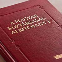 Alkotmánypiszkozat: nemzeti jelképünk a csalamádés hamburger
