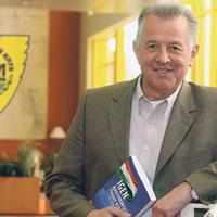 Schmitt Pál aláírt az Anzsihoz
