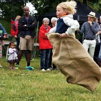 Nyárünneplés tánccal, dallal és zsákban futással