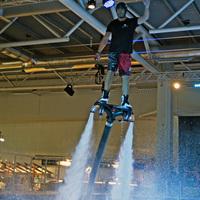 Repülő deszka bemutató a stockholmi vízijármű vásáron