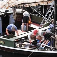 Ritka látvány: Halászbárka a stockholmi kikötőben