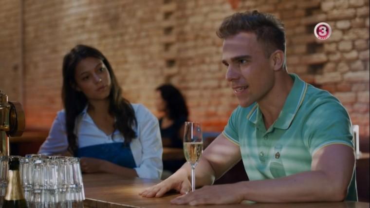Az első. Kellemesen meglepődik a randin, mert egy csinos indiai lányt találtak neki.