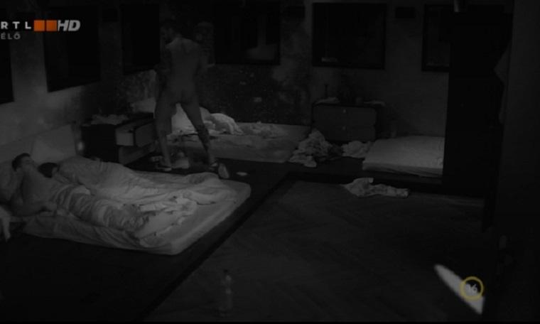 Az ágy fejét akasztja fel a viaszviaszot