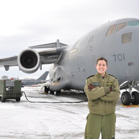 Óriás katonai szállítógép bájos pilótával