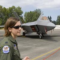 Pilótanő az F-22A Raptor harci repülőgépen
