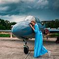 Júlia L-29 Delfin sugárhajtású géppel repül a volt Red Bull kapuk között