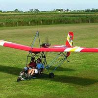 Kislány a pilóta ülésben