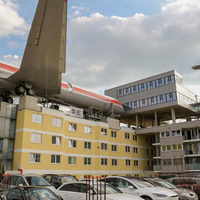 Két repülőgép egy gráci szálloda tetején