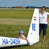 Orsi a kisfiát is magával viszi a vitorlázórepülő VB-re