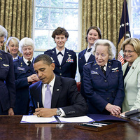 Obama pilótanők gyürűjében