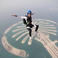 Ejtőernyős nők Dubaj felett