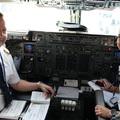 Kapitány és lánya a pilótafülkében