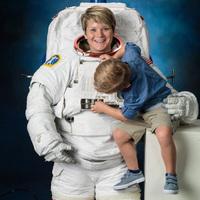 Űrhajós anyuka 4 éves fia a hivatalos NASA fotózáson