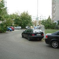 Életet mentettek a közterületesek a lakótelepi parkolóutcában parkoló autó megbírságolásával