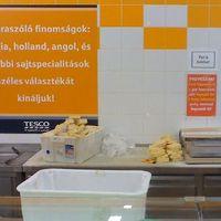 Fotóbizonyíték: átcímkézik a sajtokat a Campona Tescójában