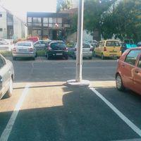 Parkolóhely különösen keskeny járműveknek