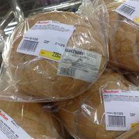 Újracsomagolja az Auchan a lejárt kenyeret és drágábban adja