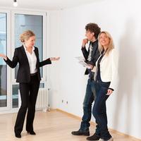 Aki ingatlant keres, az ugyan ne fizessen már a közvetítőnek. Vagy de?