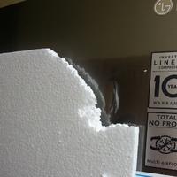 Horpadt hűtőt takart a hungarocell dekoráció