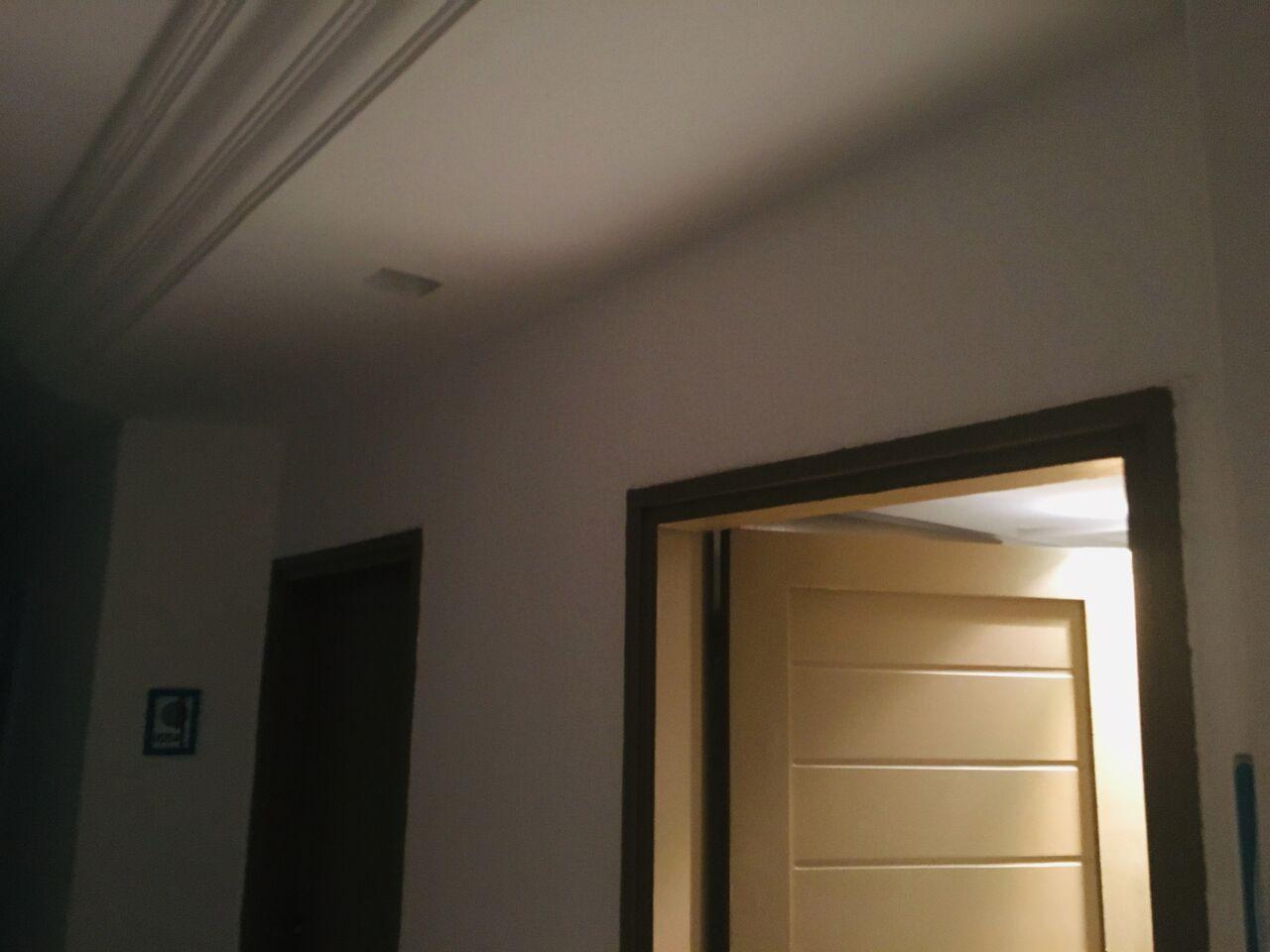 Még jó, hogy a szobában van világítás.