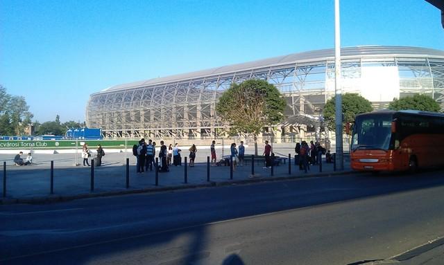 7:00 előtt kisebb tömeg várakozott a stadion előtt. Ugyanakkor sokan a Népliget autóbuszállomásról 7-kor induló bécsi Volánbusznál kérdezősködtek. 7 óra előtt ott állt egy narancssárga busz, iránytáblája alapján Csíkszeredából jött. 6:55-kor elment.