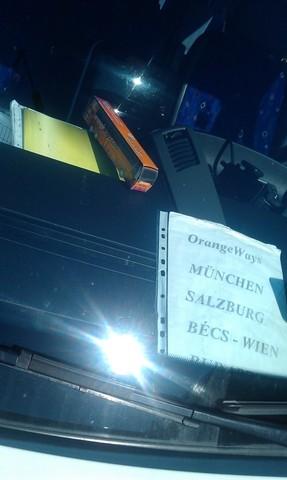 Az iránytábla nem egyedi, mindegyik busz szélvédője mögött szakadt A4-es papír hirdeti a busz célját. A narancssárga papír modellbusz viszont inkább kínos, mint vicces. (szerk: Szerintünk cuki!)<br />