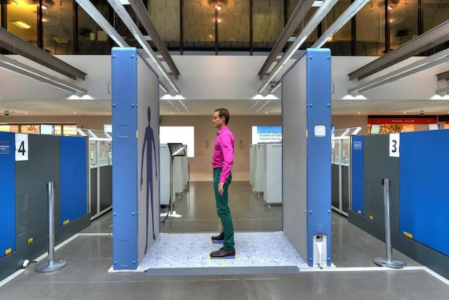 qps-body-scanner-mit-testperson.jpg