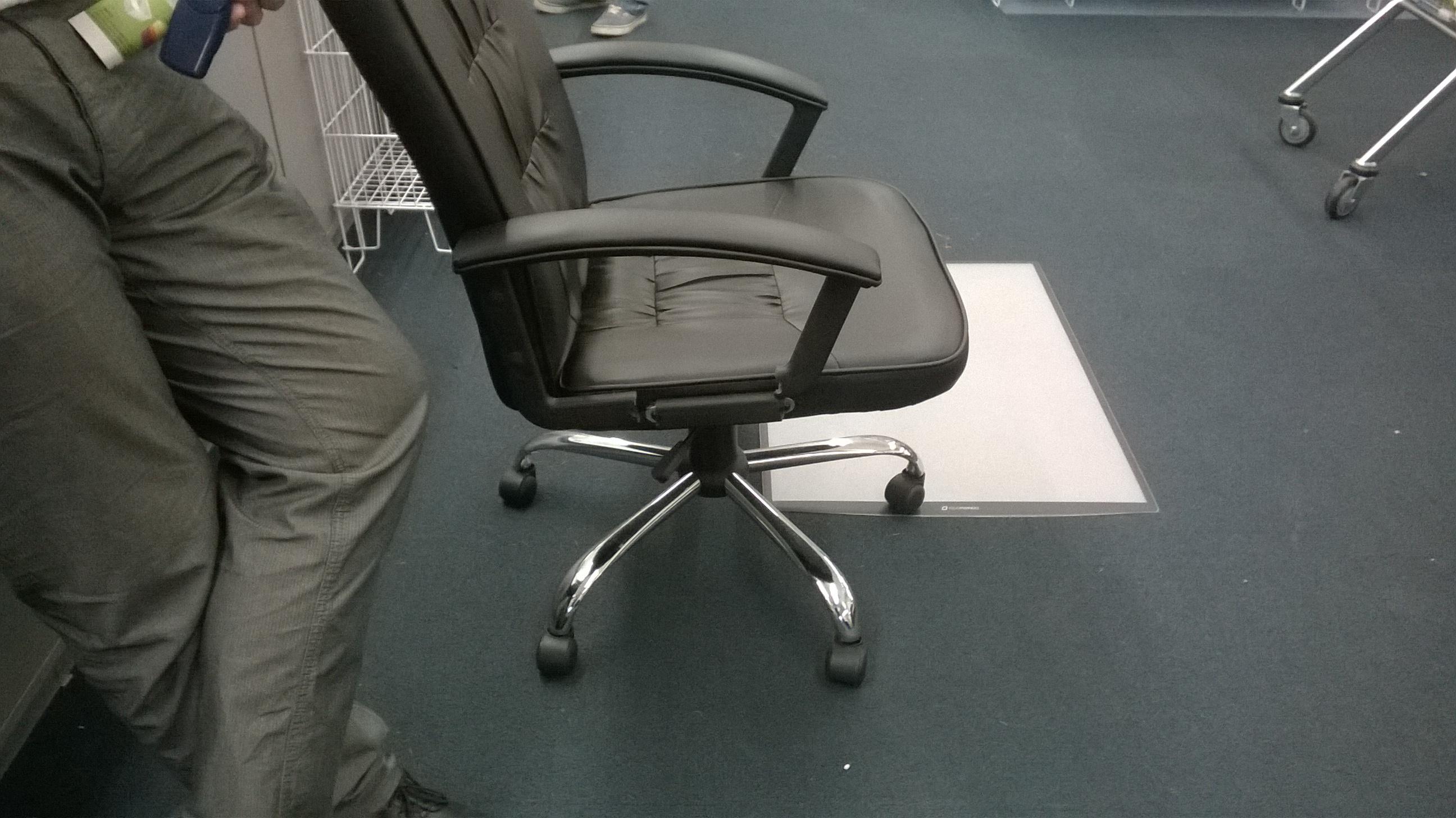 Jysk kálvária egy csomó székkel és karfával Tékozló Homár