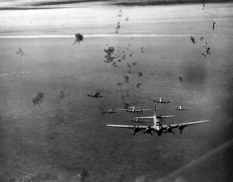 debrecen_tersege_1944_szeptember_21-en_b-17_flying_fortress_bombazogepek_fortepan_15901.jpg