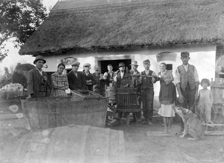 Présház előtt csoportosuló szüretelők 1930-ban. Forrás: Fortepan