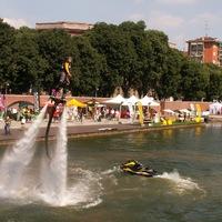 Hullámzó házak és vízen járás Milánóban