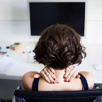Fáj a nyaka az állandó mobilozástól? 7 tipp