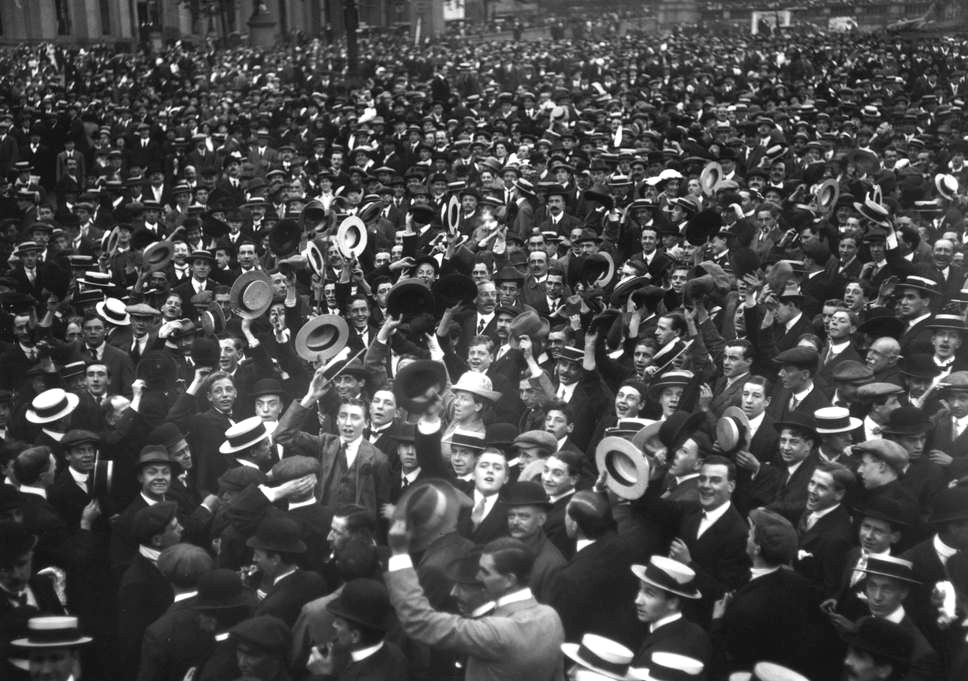 London utcáin ujjong a tömeg, hogy végre ők is hősök lehetnek.