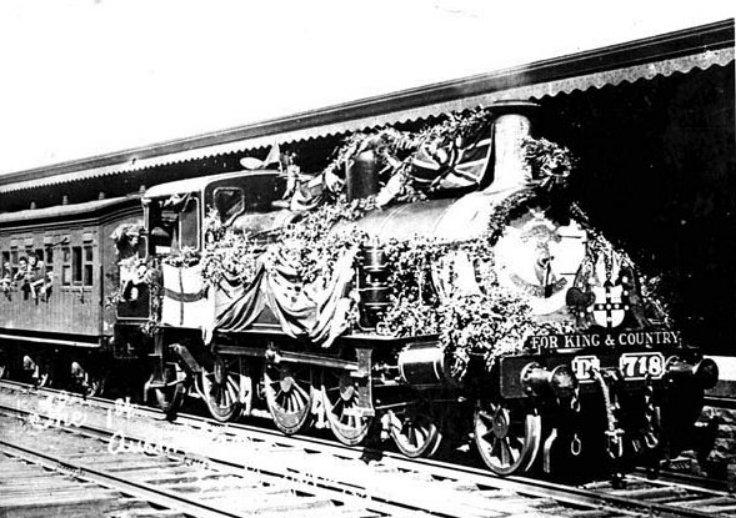 A királyért és a hazáért. A felcicomázott vonat ausztrál önkénteseket szállít a frontra.