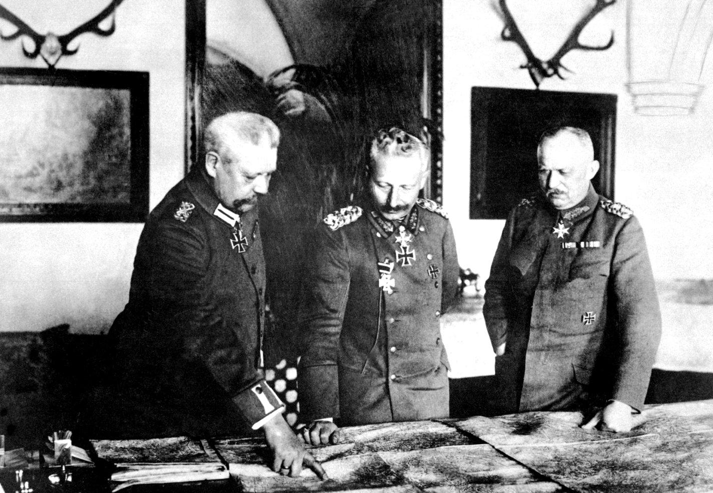 Bár semmi beleszólása nem volt a döntésekbe, Vilmos állandóan a főhadiszálláson lábatlankodott. Itt éppen a két legnagyobb germán hadistennel, Hindenburggal és Ludendorffal pózol a fotósnak.