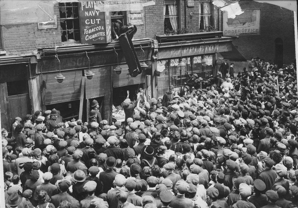 A Lusitania elsüllyesztését követően a felheccelt tömeg német üzleteket foszt ki, láthatóan rendőri asszisztenciával.