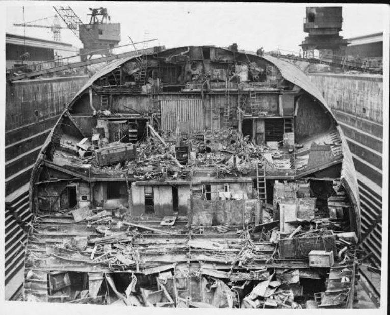 Angol szárazdokkban bontják a német flotta hajdani zászlóshajóját, a Scapa Flownál felborult és elsüllyedt, majd később kiemelt Friedrich der Grosse csatahajót.