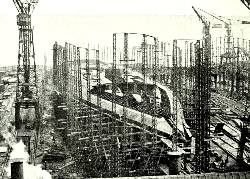 Az építés alatt álló Normandie. A képen jól látható, miért hívták a fő páncélfedélzetet teknőcfedélzetnek.