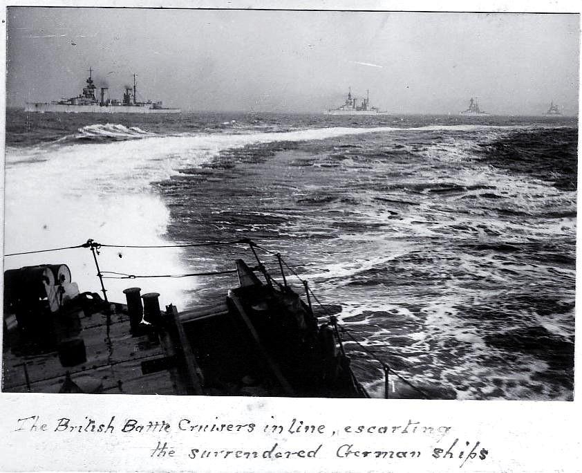 A Royal Navy, dicsősége teljében. A magát magadó német flottát Scapa Flowba kísérő angol csatacirkálók.