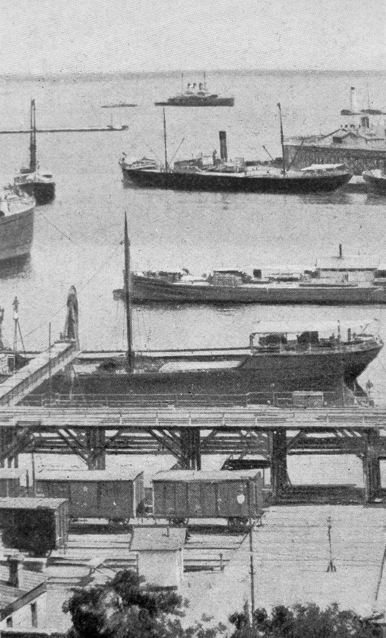 Az odesszai kikötő, a Patyomkinnal a háttérben.