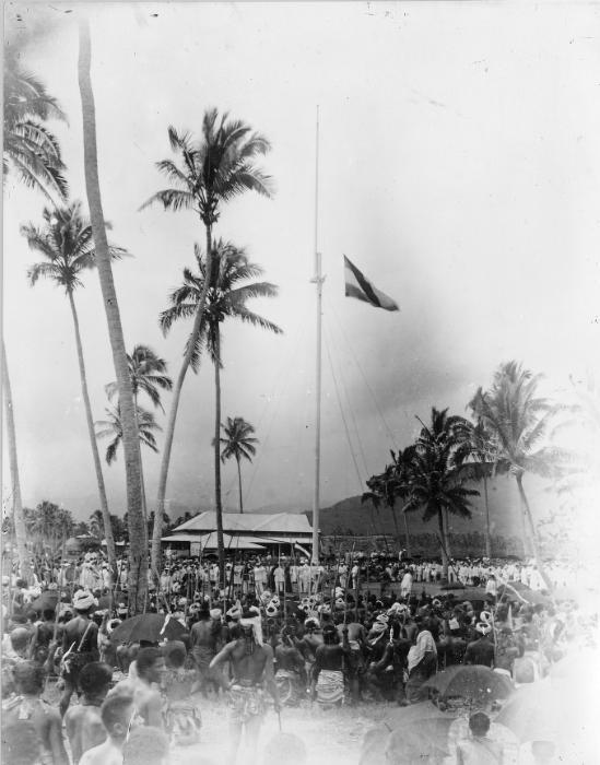 1899-ben, a szigetek birtokbavételekor, Szamoa egyik településén felvonják a német zászlót.