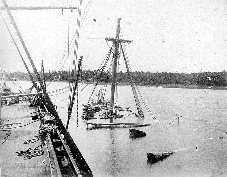 Az elsüllyedt Vandalia, a mellette álló Trenton fedélzetéről nézve.